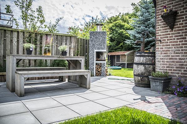 Een familietuin met groen gras henk hark